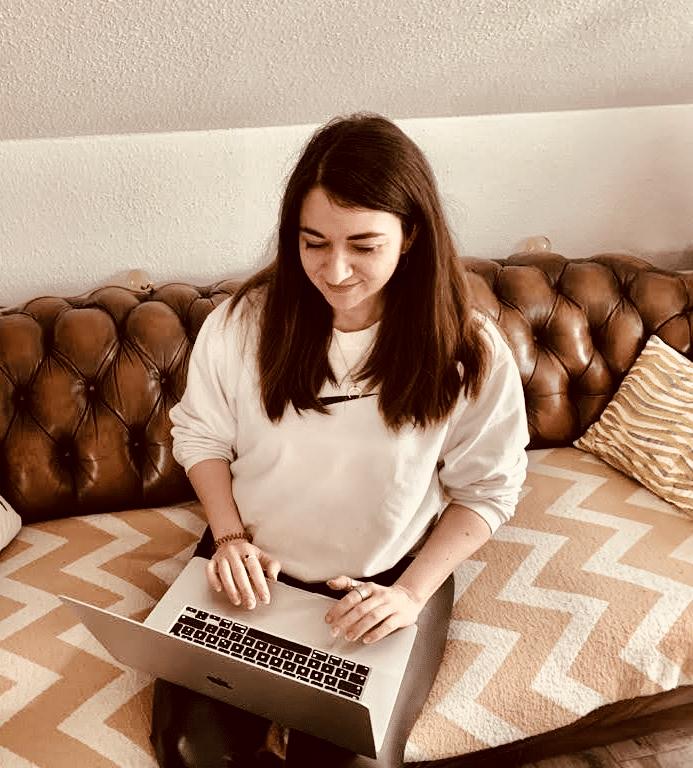 Textstrategin Suzana Jordanovic am Laptopt