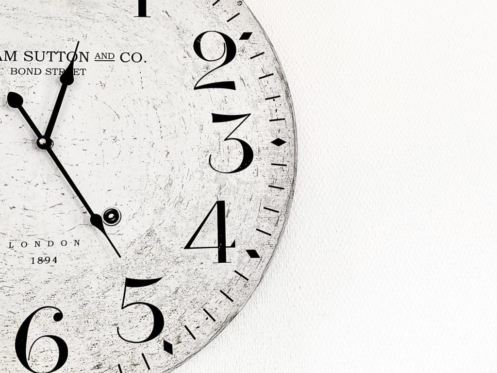 Ausschnitt eine Uhr als Symbol für die Textwirkung 24/7 im Hintergrund